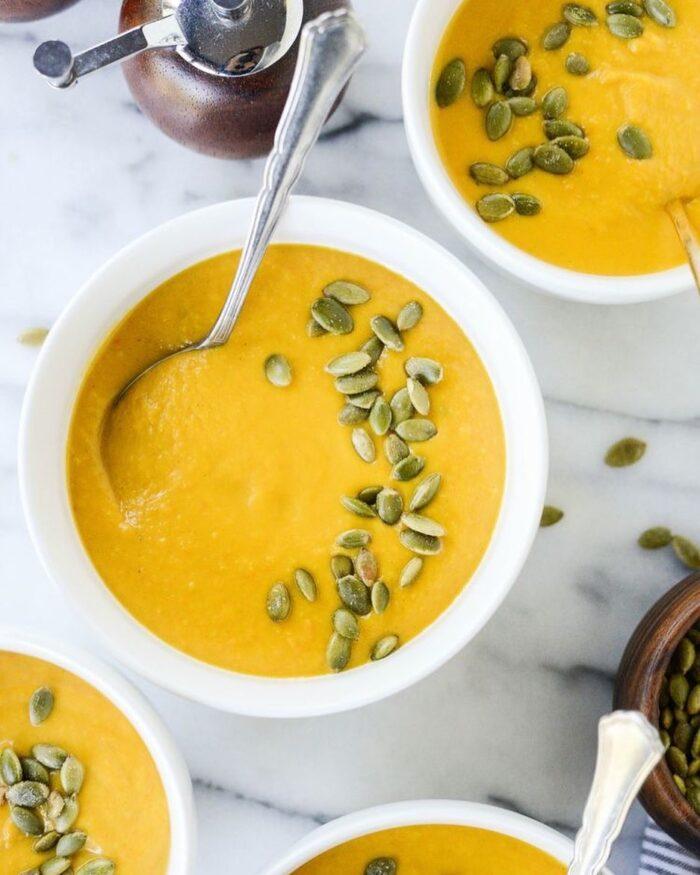 Recette : Quoi de meilleur qu'une délicieuse soupe crue faite maison, avec des légumes de saison, pour se réchauffer en ces soirées d'automne ?