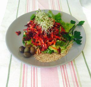 Carottes, betterave, salade, persil, olives, sésame, et graines germées, une salade pour J-4 ou J+4